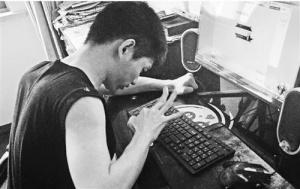 脑瘫小伙用一根手指写玄幻小说 9年敲出210万字