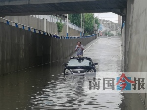 下水道堵塞小车被困1米深水中 一对夫妻遇险(图)