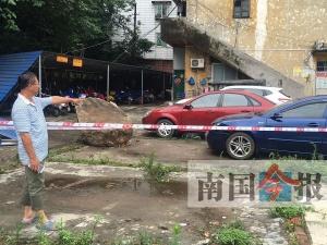柳州:羊角山巨石滚落三车遭殃 幸无人员伤亡(图)