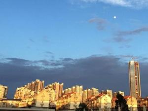 柳州雨后天空清澈蔚蓝 落日余晖下分外迷人(组图)