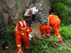 男子山中采蜜遭三千斤巨石压脚 消防施救背其下山