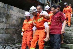 强降雨引发塌方威胁民房 消防紧急转移瘫痪老人