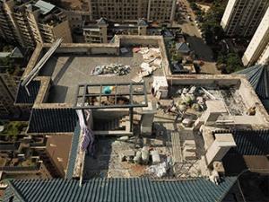 7月2日焦点图:一业主打穿天花板 楼顶盖违建