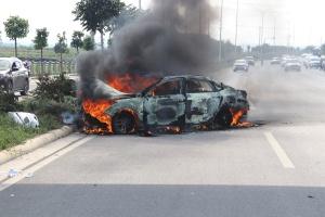 小轿车冲撞隔离绿化带后起火 现场浓烟滚滚(组图)