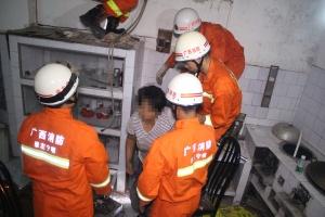 女子被困狭窄空间 消防凿墙开辟救援通道施救(图)