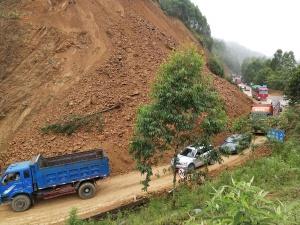 大化至巴马公路多处塌方 公路部门紧急抢通(图)