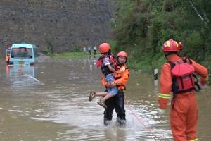 中巴车进水熄火致7人被困 消防人员营救(图)