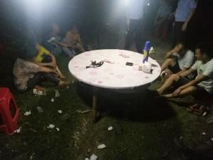 隆安警方捣毁一野外赌场 抓获涉赌人员7名(图)