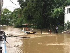 9日焦点图:强降雨致水位上涨 漓江排筏全线封航