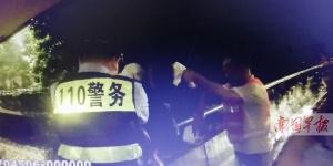 柳州:男子患病欲跳桥寻短见 路过环卫工一把抓住