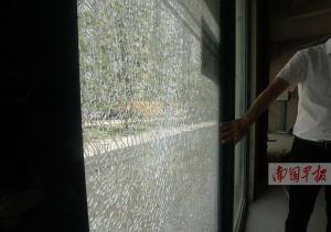 南宁一小区住房商铺的钢化玻璃接连发生自爆(图)