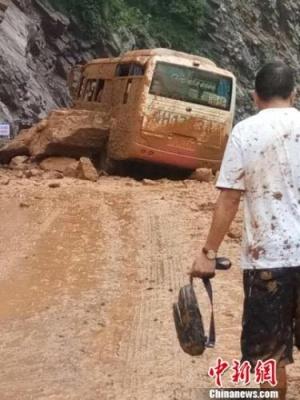 四川广元一辆载20余人客车被巨石砸中 无人员伤亡