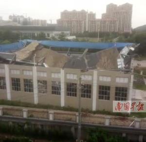 钦州一小学球馆顶棚坠落 投入使用还不到一年(图)