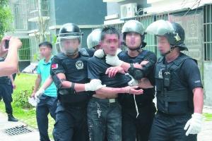 7月14日焦点图:罗城男子弑父 闭门开液化气罐拒捕
