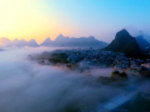 航拍:大化现罕见平流雾景观 雾海缥缈宛若仙境
