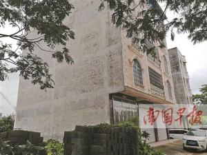 """防城港一房子建到邻居""""地盘""""上 多年办不了房产证"""