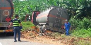 33吨航空煤油槽罐车冲出高速路