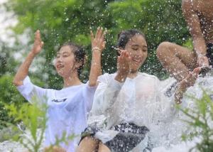 戏水避暑享清凉