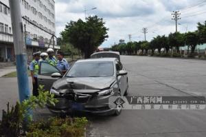 小车突然失控 驾驶员操作不当致车辆撞路灯(组图)