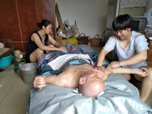 7月19日焦点图:三个侄女照顾瘫痪叔叔18年