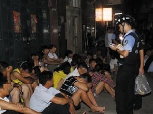 7月21日焦点图:南宁警方夜查苏卢村刑拘百余人