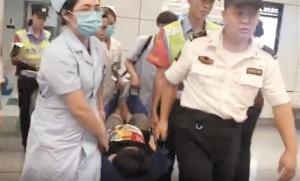 南宁一孕妇地铁站台内突然破水 众人伸援手抬出站
