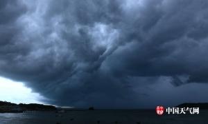 台风残余云系重入北部湾 涠洲岛上空乌云翻滚(图)