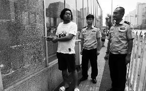 两男子为求刺激打碎北京20多扇地铁玻璃
