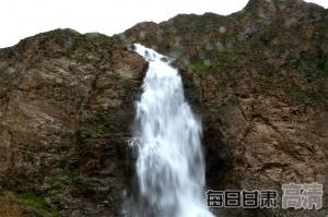 """7月,甘肃肃南祁连山内现""""雪水飞瀑""""景观(图)"""