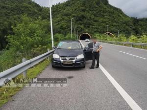 故意用迷彩布遮挡号牌上路行驶 司机被扣12分(图)