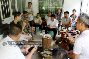 那坡:专家进村入户传授养蜂技术助贫困户脱贫(图)
