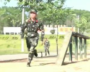 武警哥哥穿越400米障碍 网友:这速度平地跑都追不上