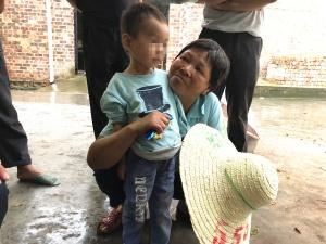 29日焦点:老人家中去世 三岁孙子靠喝自来水幸存