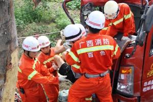 百色一货车侧翻两人被困 消防员启用吊车开展救援