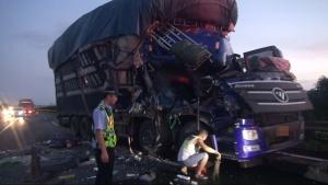 """两货车凌晨在高速路上追尾 后车车头被撞""""扁""""(图)"""
