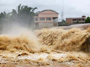 高清:罗城遭暴雨袭击 河水猛涨多条公路受阻