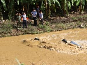高清:那坡―辆载4人小车翻下河中 事故致2人遇难