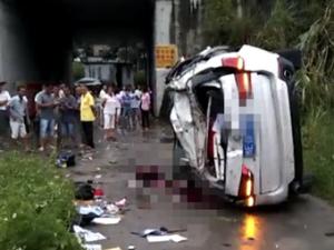 8月13日焦点图:宝马冲出高速护栏坠落7米 5人遇难