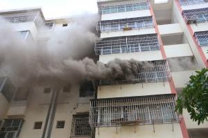 田阳一民房突发火灾 火势猛烈大量浓烟从窗户冒出