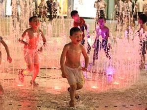 高清:戏水觅清凉 南宁光影喷泉成市民纳凉好去处
