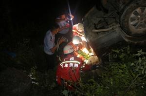 高清:河池巴马一轿车冲出路面侧翻 造成1死2伤