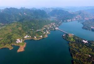 航拍巴马赐福湖 世外桃源般的生态美景