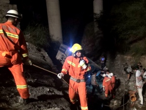 河池一辆客车冲出护栏翻下10米深坡致6人受伤(图)