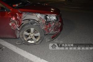 """大货车转弯速度过快 小车被撞很""""受伤""""(图)"""