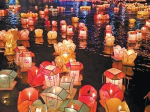 8月25日焦点图:资源河灯歌节 万盏河灯耀资江