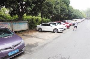 南宁民主路72个非法停车泊位被清 仍有车辆停放