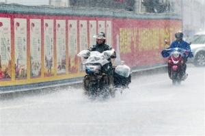 南宁午后雷雨频突袭 下周或受台风影响有降雨