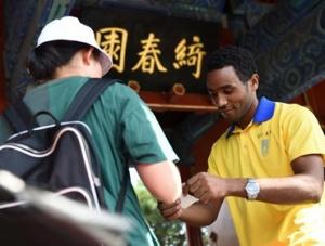 非洲留学生在圆明园开展志愿服务