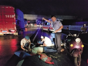 南宁:男子连人带车跌倒在马路上 过路民警伸援手