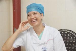 南宁:女医生路遇车祸伤员 跪地抢救后不留名